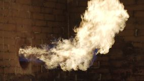 El gas está quemando para el agua de calefacción en el sistema de abastecimiento del agua en los yacimientos de gas del aceite almacen de metraje de vídeo