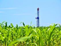 El gas natural Fracking perfora adentro el campo de maíz Imagenes de archivo