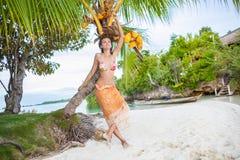 El gasto sonriente de la mujer enfría la isla tropical al aire libre de Bali del tiempo Océano del Caribe de la estación de veran Imágenes de archivo libres de regalías