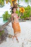 El gasto sonriente de la mujer enfría la isla tropical al aire libre de Bali del tiempo Océano del Caribe de la estación de veran Fotografía de archivo
