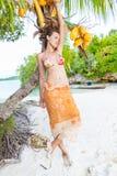 El gasto sonriente de la mujer enfría la isla tropical al aire libre de Bali del tiempo Océano del Caribe de la estación de veran Fotografía de archivo libre de regalías
