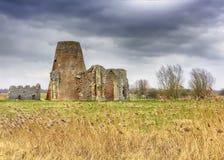 El gatehouse y el molino de la abadía del ` s del St Benet en la Norfolk Broads durante un invierno asaltan Imagen de archivo libre de regalías