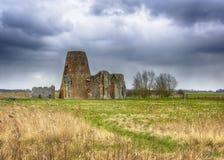 El gatehouse y el molino de la abadía del ` s del St Benet en la Norfolk Broads durante un invierno asaltan Fotografía de archivo libre de regalías