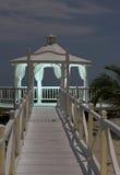 El gazebo de la boda que se coloca en la orilla de mar bajo claro de luna Imagen de archivo