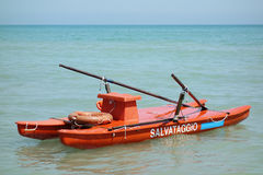 El gemelo cascó rescate del mar del bote de remos a poca distancia de la costa Foto de archivo libre de regalías