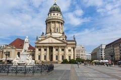 Monumento Friedrich Schiller y la catedral francesa Imágenes de archivo libres de regalías