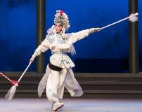 """El general marcial armado con sexta agua del acto de dos lanzas- desborda el  blanco de Opera""""Madame Snake†de la colina-Kunq Imagen de archivo libre de regalías"""
