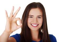 El gesticular adolescente feliz de la muchacha perfecto Imagen de archivo