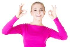 El gesticular adolescente feliz de la muchacha perfecto Fotografía de archivo