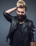 El gesticular barbudo atractivo joven del hombre del inconformista Foto de archivo