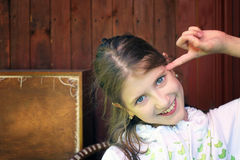 El gesticular de la chica joven Imagenes de archivo