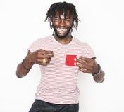 El gesticular elegante del inconformista del muchacho afroamericano hermoso joven emocional aislado en la sonrisa blanca del fond Fotografía de archivo