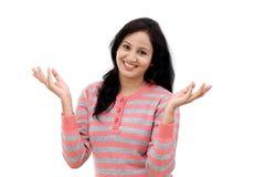 El gesticular feliz de la mujer joven manos abiertas Foto de archivo libre de regalías