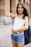 El gesto de la autorización de la demostración de la muchacha que estudia en universidad es bueno Fotos de archivo libres de regalías