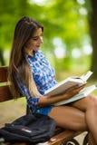 El gesto de la autorización de la demostración de la muchacha que estudia en universidad es bueno Imagenes de archivo