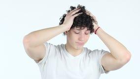 El gesto del fracaso, trastornó al hombre joven con los pelos rizados, pérdida enorme almacen de video