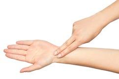 El gesto del las manos femeninas comprueba pulso con los fingeres imagen de archivo