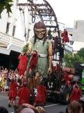 El gigante de la niña en las calles Australia occidental de Perth con Lillputians Foto de archivo