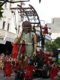 El gigante de la niña en las calles Australia occidental de Perth con Lillputians Fotos de archivo libres de regalías