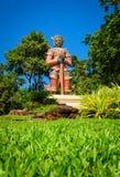 El gigante grande en el cielo azul en templo tailandés fotografía de archivo libre de regalías