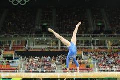 El gimnasta artístico Seda Tutkhalyan de la Federación Rusa compite en el haz de balanza en la gimnasia versátil del ` s de las m fotografía de archivo