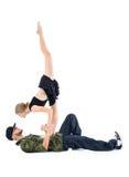 El gimnasta se coloca en pecho del golpeador y mira en el suyo observa Fotos de archivo