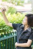 El gir asiático hace el autorretrato en smartphone Imagen de archivo libre de regalías