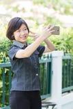 El gir asiático hace el autorretrato en smartphone Foto de archivo