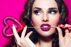 El girl' cara de s Día de tarjeta del día de San Valentín Imágenes de archivo libres de regalías