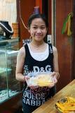 El girll adolescente vende la fruta en la calle Foto de archivo libre de regalías