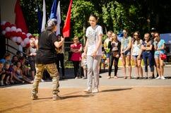 El girsl de dos breakdancer baila el hip-hop en el cuadrado con los espectadores foto de archivo
