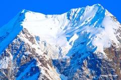El glaciar blanco como la nieve en un pico de montaña Imágenes de archivo libres de regalías