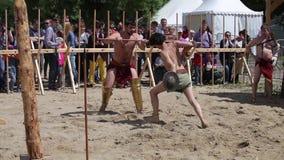 El gladiador lucha en Roma antigua - festival de la reconstrucción en Moscú almacen de metraje de vídeo