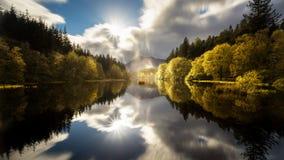 El Glencoe Lochan con una reflexión clara en otoño Foto de archivo