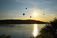 El globo colorido del aire caliente está volando en la puesta del sol Presa de Brno - República Checa Fotografía de archivo libre de regalías