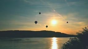 El globo colorido del aire caliente está volando en la puesta del sol Presa de Brno - República Checa Imágenes de archivo libres de regalías