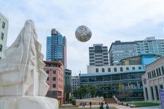 El globo de acero de plata que comprendía de y llamó la flotación formada Fern fotos de archivo