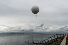 El globo de tiempo vuela en el mar cerca del asilo de Aarhus Imagen de archivo
