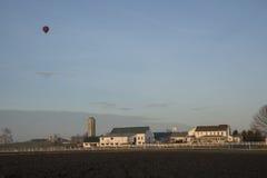 El globo del aire caliente pasa encima en una mañana de la primavera fotografía de archivo libre de regalías