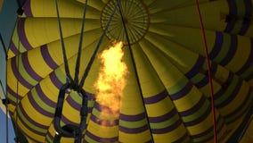 El globo del aire caliente photgrphed en el Bealton, demostración de aire del circo del vuelo del VA metrajes