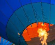 El globo del aire caliente que consigue encendido hasta infla Fotografía de archivo