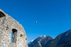 El globo del aire caliente vuela sobre la ruina Werdenfels Foto de archivo