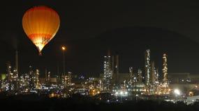 El globo descubre la refinería de petróleo en la iluminación de la noche fotografía de archivo