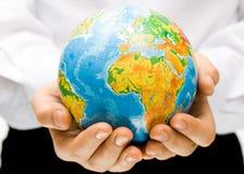 El globo en las manos de los niños Imagen de archivo