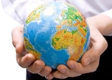 El globo en las manos de los niños Foto de archivo libre de regalías