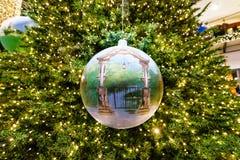 El globo hecho a mano de la Navidad representó el arco de la entrada al parque zoológico en el árbol de navidad Foto de archivo