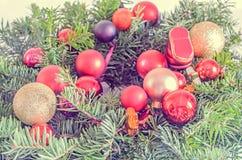 El globo rojo adorna el árbol de navidad, cierre de la rama del pino para arriba Foto de archivo libre de regalías
