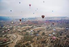 El globo vuela sobre las montañas Turquía Cappadocia Imagen de archivo libre de regalías