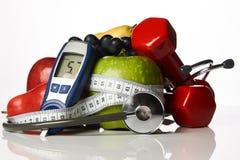 El glucometer del estetoscopio da fruto y las pesas de gimnasia, concepto de la diabetes imagen de archivo