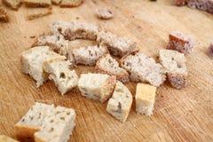 El gluten sano hecho en casa del pan libera Pan colorido hecho de los cereales sanos pan gluten-libre sano, lleno de raíces textu foto de archivo libre de regalías